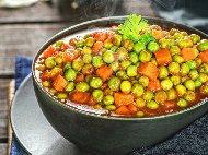 Рецепта Грах яхния с домати, чесън и копър